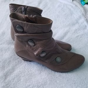 Eric Michael Tan boots size 9